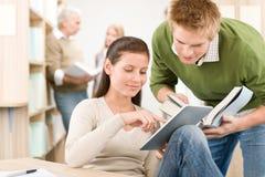 Ordinateur de tablette d'écran tactile - étudiants dans la bibliothèque Photo libre de droits
