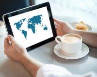 Ordinateur de tablette de fixation d'homme en café Image libre de droits