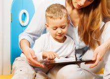 Ordinateur et enfants Photos libres de droits