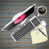 Ordinateur et papier de note avec du café noir Images libres de droits