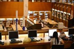 Ordinateur femelle d'utilisation d'étudiant à la bibliothèque universitaire de Shantou, la bibliothèque universitaire la plus bel Image stock