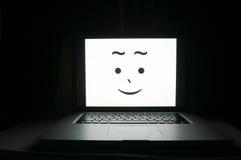 Ordinateur heureux enregistré des criminels de cyber Images libres de droits