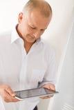Ordinateur mûr de tablette tactile de prise d'homme d'affaires Images libres de droits
