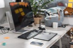 ordinateur moderne avec l'écran vide sur le lieu de travail Image stock