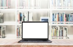 Ordinateur moderne, ordinateur portable avec l'écran vide sur la bibliothèque de tache floue photo stock