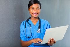 Ordinateur portable africain d'infirmière Images stock