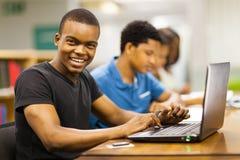 Ordinateur portable africain d'université photographie stock