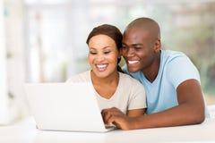 Ordinateur portable africain de couples Images stock
