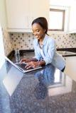 Ordinateur portable africain de femme photographie stock libre de droits