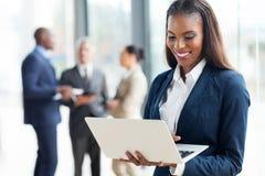 Ordinateur portable africain de femme d'affaires Image libre de droits