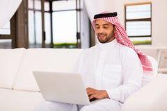 Ordinateur portable Arabe d'homme Photo stock