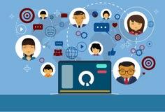 Ordinateur portable au-dessus de media et de fond sociaux de carte du monde d'icônes de communication de réseau Images libres de droits