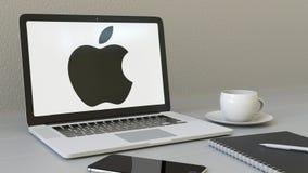 Ordinateur portable avec Apple Inc logo sur l'écran Entrée moderne d'immeuble de bureaux Éditorial conceptuel 3D de lieu de trava Photos libres de droits