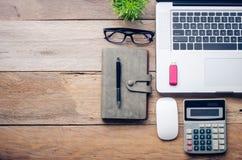 Ordinateur portable avec des accessoires de bureau sur la table en bois Images libres de droits