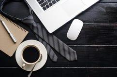 Ordinateur portable avec des accessoires de bureau sur la table en bois Image libre de droits