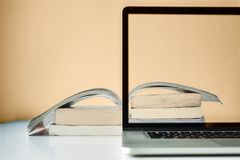 Ordinateur portable avec des livres pour l'étude et la connaissance modernes image stock