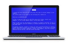 Ordinateur portable avec l'écran d'erreurs critiques de bleu d'OS Photo stock