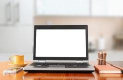Ordinateur portable avec l'écran vide au-dessus de la table en bois à l'intérieur Photo stock