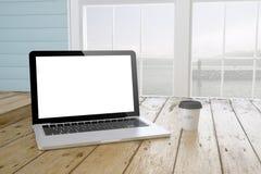 ordinateur portable avec l'écran vide avec le fond et le café de port Photographie stock libre de droits