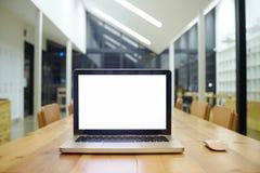 Ordinateur portable avec l'écran vide sur l'espace de travail Images libres de droits