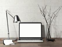 Ordinateur portable avec l'écran vide sur la table en bois à côté de la lampe en métal, rendu 3d Image libre de droits