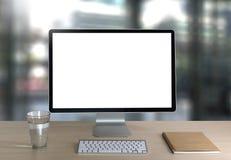 Ordinateur portable avec l'écran vide sur la table Proj de fond d'espace de travail nouveau Images libres de droits