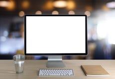 Ordinateur portable avec l'écran vide sur la table Proj de fond d'espace de travail nouveau Photographie stock libre de droits