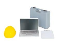 Ordinateur portable avec l'équipement carpentary sur le blanc Image stock