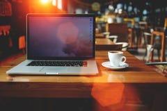 Ordinateur portable avec l'espace vide de copie pour votre message textuel ou contenu promotionnel, le travail à distance indépen Photo libre de droits