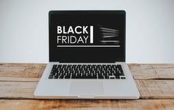 Ordinateur portable avec la bannière de Black Friday dans l'écran Photo stock