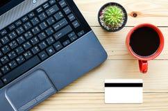 Ordinateur portable avec la carte de crédit pour des achats en ligne Photo libre de droits