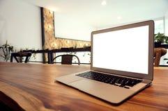Ordinateur portable avec la moquerie vers le haut de l'écran vide sur la table en bois devant le cof Image libre de droits