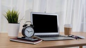 Ordinateur portable avec le carnet de téléphone et la tasse de café intelligents sur la table de lieu de travail Image stock