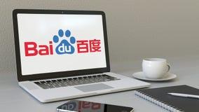 Ordinateur portable avec le logo de Baidu sur l'écran Rendu conceptuel de l'éditorial 3D de lieu de travail moderne Photo libre de droits