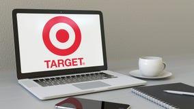 Ordinateur portable avec le logo de Target Corporation sur l'écran Rendu conceptuel de l'éditorial 3D de lieu de travail moderne Images stock