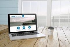 ordinateur portable avec le site Web de web design sur l'écran avec le fond de port Photographie stock