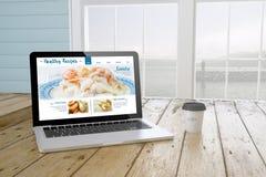 ordinateur portable avec le site Web sain de recettes sur l'écran avec le backgrou de port Photo stock