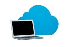 Ordinateur portable avec le symbole de nuages sur le fond blanc Images libres de droits