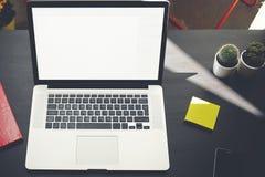 Ordinateur portable avec le For Your Information ou le contenu vide d'écran de l'espace de copie Photos libres de droits