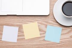 Ordinateur portable avec les autocollants colorés sur la table en bois Photographie stock
