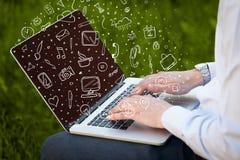 Ordinateur portable avec les icônes et les symboles tirés par la main Photos libres de droits