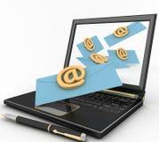 Ordinateur portable avec les lettres entrantes par l'intermédiaire de l'email Photographie stock libre de droits
