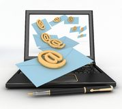 Ordinateur portable avec les lettres entrantes par l'intermédiaire de l'email Images stock