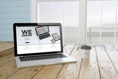 ordinateur portable avec nous concevons l'écran de websiteon avec le fond de port et Photographie stock libre de droits