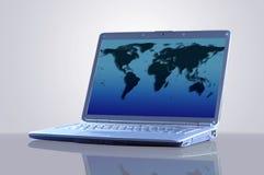 Ordinateur portable avec une carte du monde photo stock