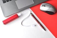 Ordinateur portable avec une souris, stylo, fournitures de bureau sur une table avec l'espace de copie, vue supérieure, dispositi Photographie stock