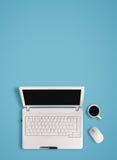 Ordinateur portable blanc sur la table avec l'espace de copie Photo stock