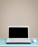 Ordinateur portable blanc sur la table avec l'espace de copie. Photos libres de droits