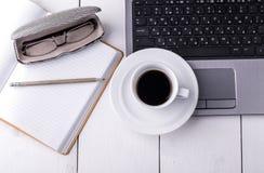 Ordinateur portable, carnet avec une tasse de café et un crayon Images libres de droits
