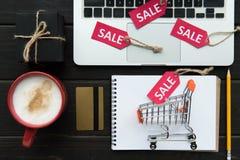 Ordinateur portable, carte de crédit et étiquettes de vente Images stock